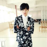 Free shipping! New men's hairstylist Harajuku original models retro flowers on black suit