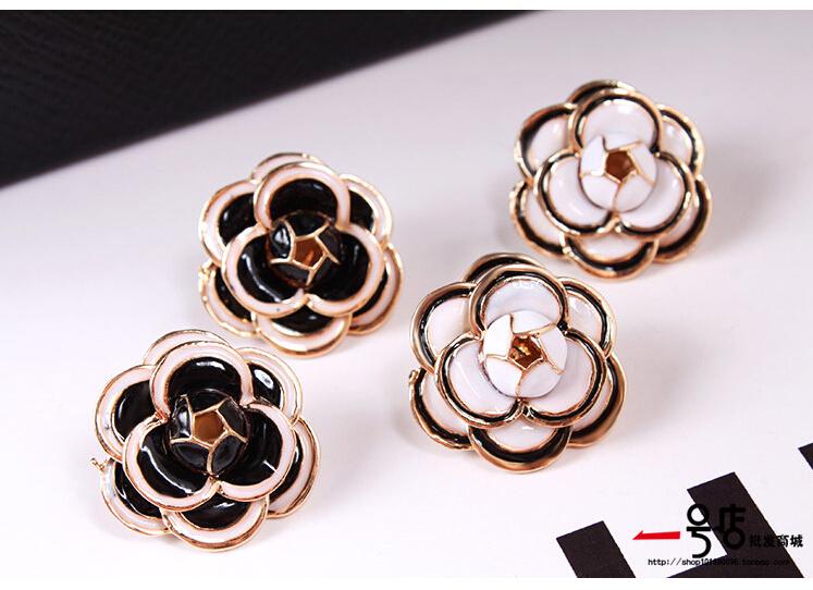 402 Fashion cute woman lady girl Camellia flower Stud Earrings rose white black metal 20pair/lot free shipping(China (Mainland))