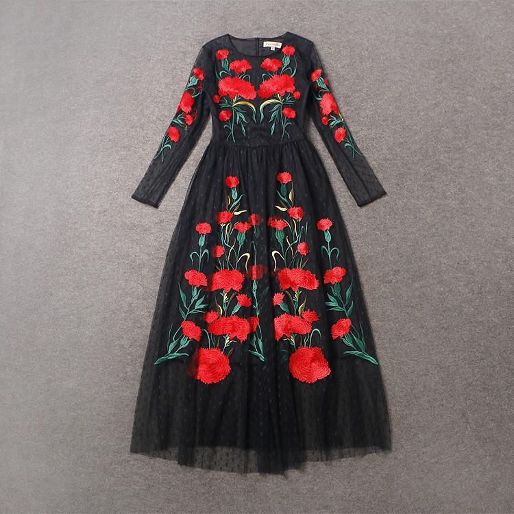 Красное платье с черными цветами