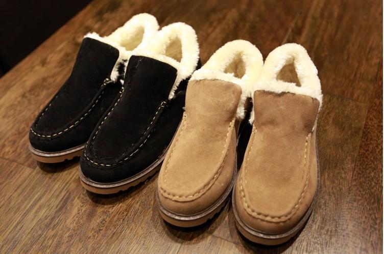 простые дикие повседневные ботинки мужчины вокруг
