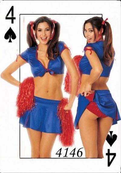 La preciosa morena con uniforme de cheerleader