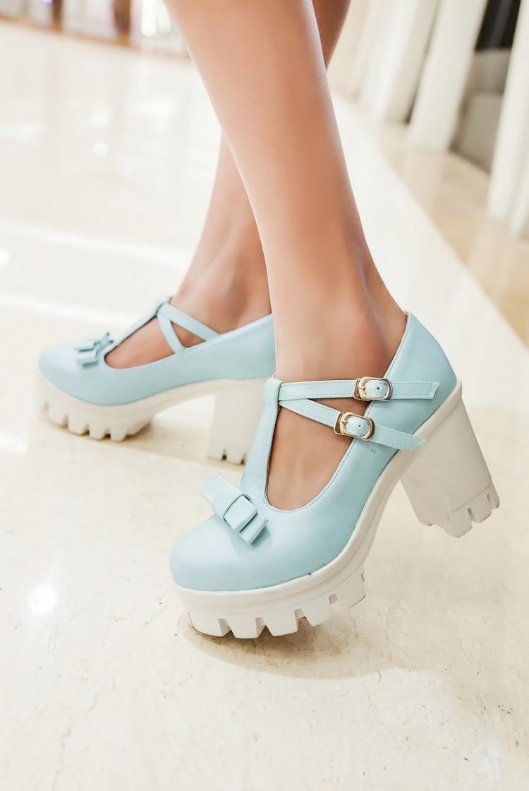 Атласным серым платьем коралловые туфли