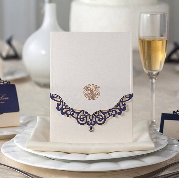 100 pcs Vertical convites de casamento cartões personalizados com strass & azul flor de corte a Laser impressão / personalizável(China (Mainland))