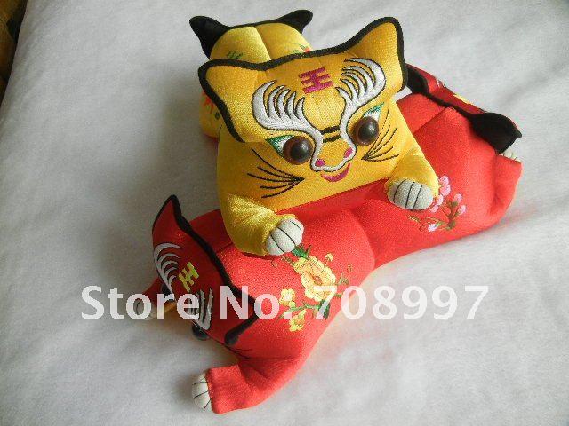 Atacado tigre travesseiro bordados feitos à mão produtos de artesanato popular com características chinesas(China (Mainland))