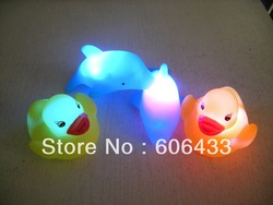 Baby Bath Bathing Funny LED Flashing Toy Rubber 2PCS Duck and 2PCS Dolphin(China (Mainland))