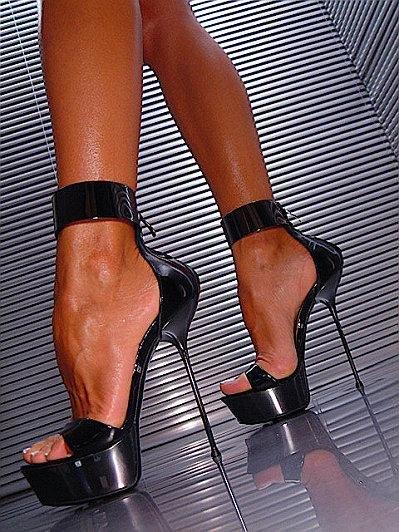 Женские ноги на высоких каблуках