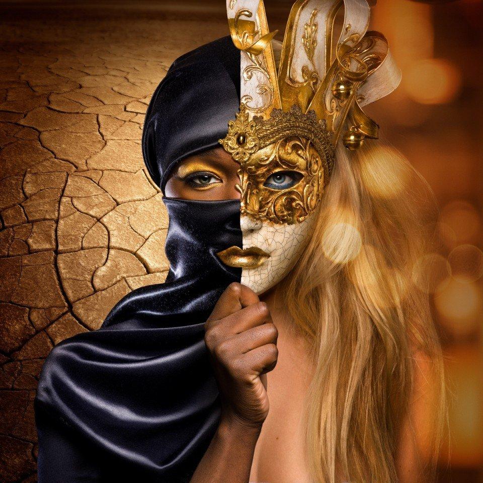 Женщины в масках люди
