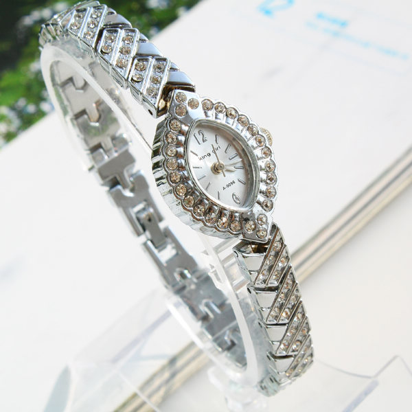 2013 Ms. diamond bracelet watch factory direct electronic gift table 144685(China (Mainland))