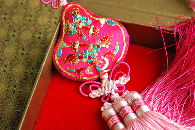 Free shipping Embroidery boutique handmade unique gift finished product embroidery car pendant(China (Mainland))