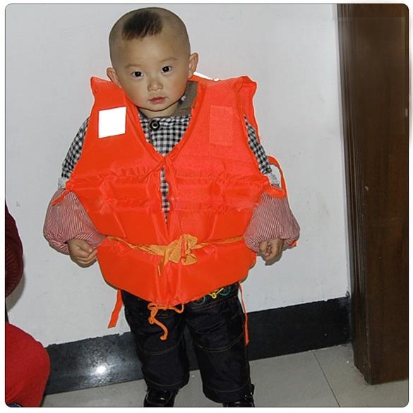 New 2014 Kids Swimming Life Jacket with Whistle Orange Children Prevention Flood Foam Waterproof Vest(China (Mainland))