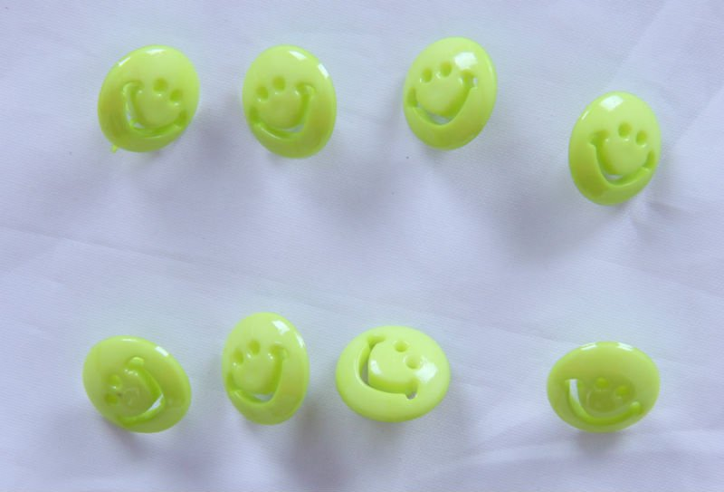 Free Shipping 500 pcs Green Smile Face 15 mm Plastic Sewing Buttons Bottom Of The Shank(China (Mainland))