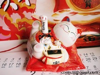 New products cute solar energy waving lucky cat maneki neko ceramic office feng shui decor christmas gifts promotion crafts