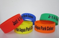 500pcs customized 1 inch rubber silicone bracelets personalized letters or texts or logo rubber bands for events