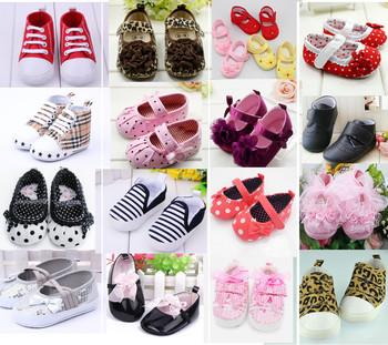 Милый ребенок девочка мальчик первые ходунки малыша обувь сапоги многоцветной точка ...