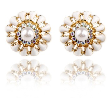 2014 New Crystal Charming Elegant White/ Black Daisy Peal Stud Earrings For Woman Gift Hot Sale (Min Mix $10)